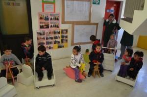 La donación incluyó ocho caballitos de madera, cinco carros de traslado, y ochos sillas especiales para atriles con estantes