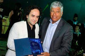 José Godoy recibiendo reconocimiento