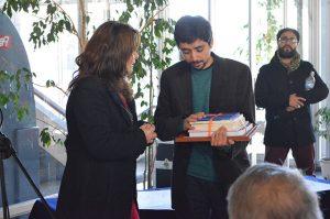 La directora regional de Cultura Nélida Pozo hizo entrega del reconocimiento al artista UPLA