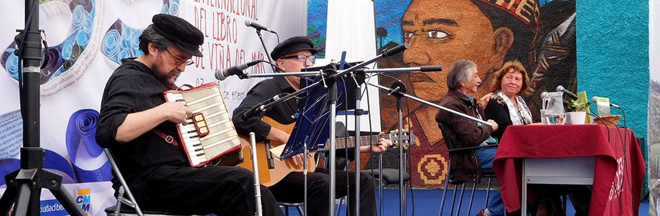 Dúo Waljú presentó número musical en Feria del Libro de Viña del Mar
