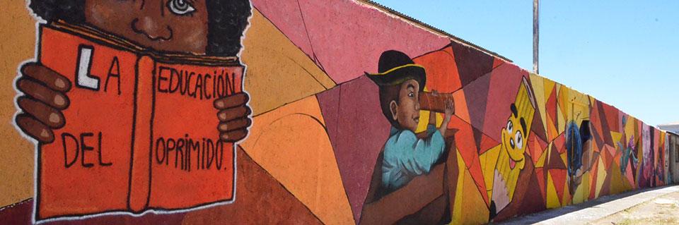 Estudiantes de Artes Plásticas intervienen fachada del CEIA Playa Ancha