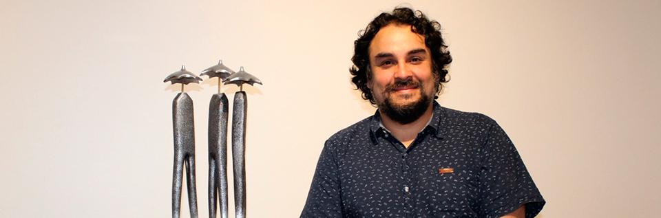 "Artista UPLA Pablo Villegas gana concurso de arte con escultura ""Llueve sobre mojado"""