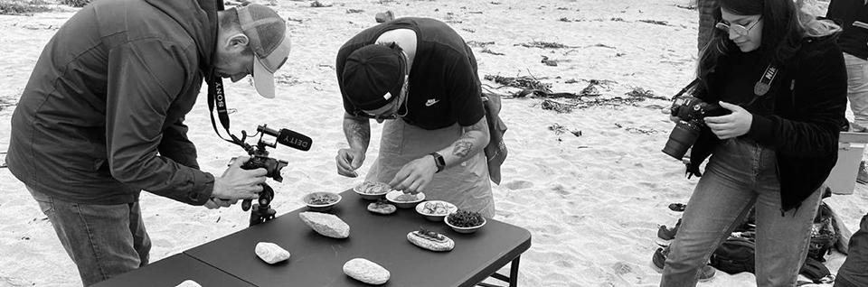 Proyecto de arte-comida con algas endémicas se ejecuta en caleta Quintay