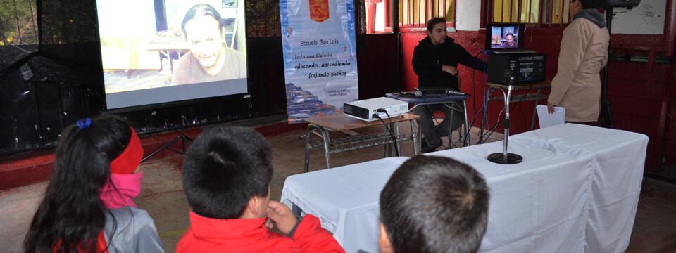 Alumnos porteños analizan obras vía Skype con artista visual de El Salvador