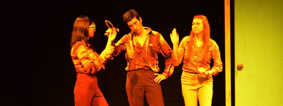 Con obra teatral dan bienvenida a nuevos estudiantes en la Facultad de Arte