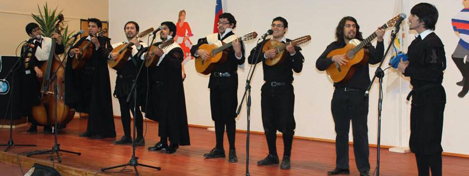 Tuna de la Facultad de Arte continúa su periplo musical en Liceo José Cortés Brown