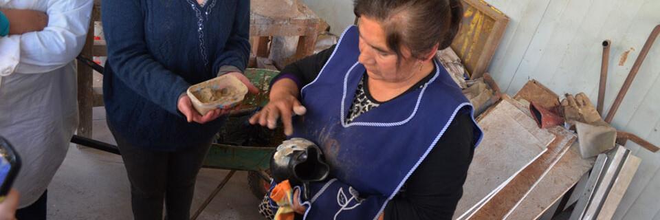 Ceramista de Quinchamalí da clase práctica de quema de greda en Facultad de Arte