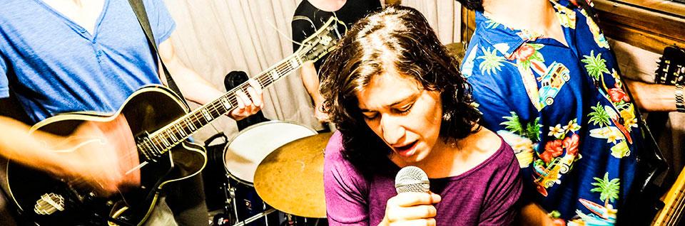 Obra que ficciona con una Violeta Parra rockera llega a la Sala UPLA