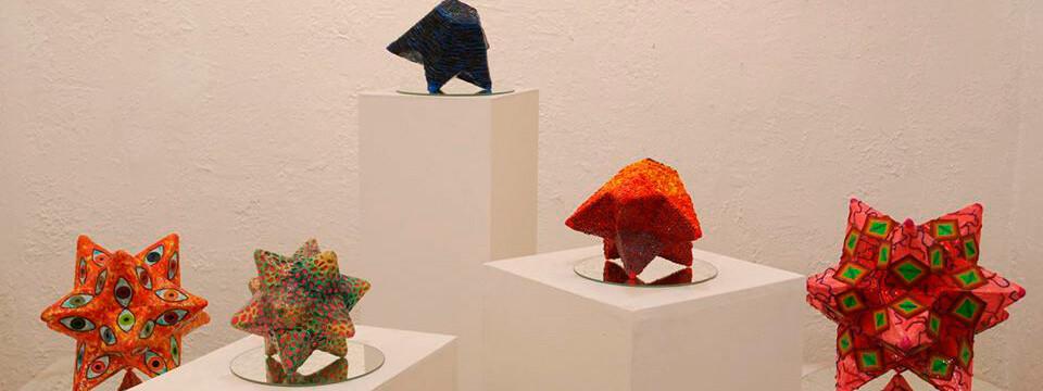 Artista UPLA presenta colorida exposición de esculturas en Valparaíso